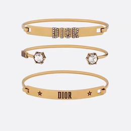 2019 brazaletes de rubí de oro Brazalete de oro de diseñador de marca para mujer Aleación de marca de alta calidad + joya artificial Juego de pulsera de aleación de diseñador clásico de 3 piezas