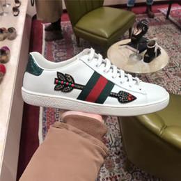Argentina Diseñador de moda de lujo zapatos de mujer Low-top Ace bordado zapatilla de cristal bordado flecha apliques abeja serpiente para hombres mujeres tamaño 34-46 cheap crystal snake Suministro