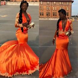 Vestito arancione sexy dalla ragazza online-2019 Nuovo arrivo Orange Mermaid Black Girl Prom Dresses Deep scollo a V in pizzo Appliques Sweep Train Party Dress abiti da sera formale