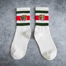 fbedbe524d5 FASHION mens designer meias bordado listras cabeça do tigre esportes off  meias pretas brancas listras de algodão meias tubo de malha para homem  mulher
