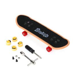 Ragazzo scooter online-Plastica Mini Finger Skateboarding Fingerboard Toys Finger Scooter Skate Boarding Chic classico gioco Ragazzi giocattoli da scrivania w / Mini strumenti