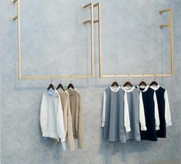 2019 affiche de vêtements de fer Golden Iron Art Support à vêtements mural supérieur Mode Porte-vêtements suspendu pour magasin de vêtements pour femmes Support d'affichage suspendu promotion affiche de vêtements de fer