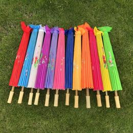 Paraguas tradicionales online-30pcs adultos chinos Tela Umbrella clásico de China Paraguas danza tradicional Paraguas 12 colores disponibles de seda japonesa Puntales Paraguas