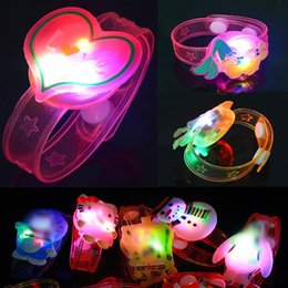 Juguete de silicona con delfines online-Pulseras de sirena de dibujos animados de Navidad Dolphin Emoji Luz de LED Flash Brazaletes de silicona Juguetes para niños Pulseras de mariposa Venta caliente 0 59kp M1 E1