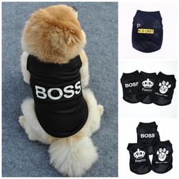 Macacões de verão do cão on-line-Verão Pet Vest Poliéster Fina Carta Branca Impressão Cães Macacão Ventilação Legal Dog Clothes Vestuário Venda Quente 2 97ye E1