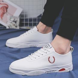 2019 кожаные туфли 2019 New Designer White Shoes Man Leather Platform Sneakers Men Casual Shoes Tenis Masculino Adulto School Student Skate Scarpe дешево кожаные туфли