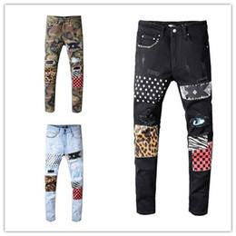 2019 collant ricamati all'ingrosso Mens 2019 designer di lusso nero jeans camouflage strappato jeans skinny pantaloni patchwork Leopard mens designer pantaloni rivetto jeans moto D30