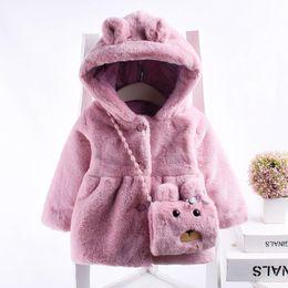 Новый стиль младенца малыша младенца Девочки Одежда смазливая Флис Мех зима Теплые пальто Верхняя одежда с капюшоном Детское пальто для девочек 6-24 мес от