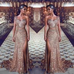 2019 Or Robes De Bal Sirène Une Epaule Perlée De Luxe Robe De Soirée À Paillettes Cuisse Haute Fentes Arabe Sexy Robe De Bal De Balayage Train ? partir de fabricateur
