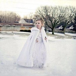 2020 Новые Дешевые цветы с капюшоном девушки накидка для свадьбы Плащи Рождество Белый Слоновая кость искусственного меха Зимняя куртка венчания Wraps Длина пола от