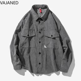 camisas de bolso duplo homens Desconto VAJANED peito duplo bolso simples estilo de rua de alta dos homens soltos camisa de mangas compridas 2019 primavera novos homens de cor sólida camisa cinza