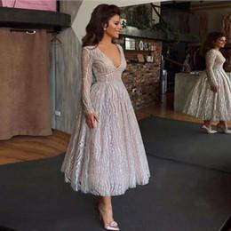 Thé longueur robes de bal vintage tulle en Ligne-Nouvelle arrivée 2019 argent robes de bal Vintage col en V thé longueur robes de soirée robes de soirée de bal d'étudiants