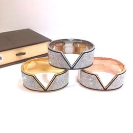 Braccialetto bianco dell'oro delle signore online-Vendita calda di moda Lady acciaio al titanio nero bianco pieno di diamanti intagliati lettera V 18k placcato oro largo braccialetto braccialetto 3 colori (1 pz)