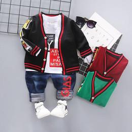 Traje de niño chico abrigo online-Moda casual Ropa para niños Conjuntos de ropa para bebés Ropa para niños pequeños Trajes de chaqueta de punto + camiseta + Jeans Trajes infantiles Ropa para bebés Juegos para bebés A3828