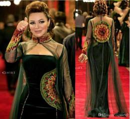 Ilusões de veludo on-line-2019 Dark Green Celebrity Dresses Bainha Strapless Velvet Frisado Bordado Vestidos de Noite com Alta Neck Tulle Frisada Ilusão Longa Capa 59