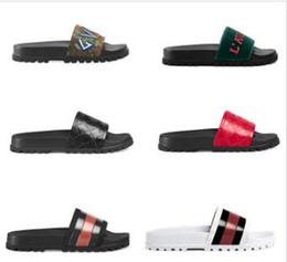 Com caixa! Mulher de Alta Qualidade Chinelos de Marca Sandálias flat shoe Sapatos de Grife de slides sapatos de basquete Sapatos Casuais Chinelos por shoe10 KQT05 de Fornecedores de saltos altos da sandália do ouro europa