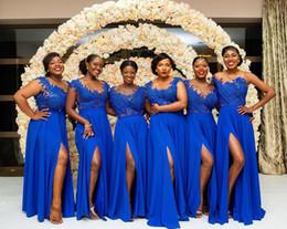 afrikanische hochzeit königliche blaue spitze Rabatt 2019 Plus Size Afrikanische Brautjungfer Kleider Königsblau Spitze Applizierte Chiffon Bodenlangen Split Abendkleider Nach Maß Hochzeitsgast Kleid