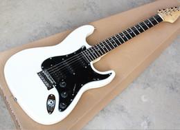 Canada livraison gratuite Hot Sale! Guitare électrique blanche avec pickguard noir, micros SSH, manche en palissandre, offrant des services personnalisés Offre