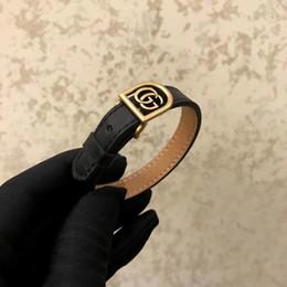 2019 leder-logo-armbänder Echtes Leder des heißen Verkaufs mit hohlem Metall und Logo für Frauen- und Mannarmband im schwarzen und roten Hochzeitsschmucksacheversand PS6237A günstig leder-logo-armbänder