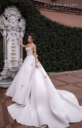 Styles de robe de mariage de pays occidental en Ligne-Spaghetti A-ligne robes de mariée Pays de style occidental col en V Backless long train robes de mariée en plumes de cou Robe de mariée Robes de Novia