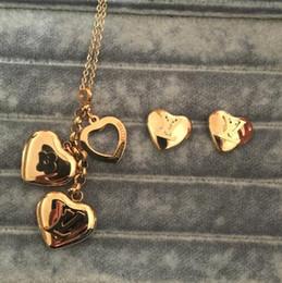 2019 lettre v pendentif Titane acier bijoux V lettre quatre feuilles fleur coeur de pêche collier coeur creux pendentif collier avec boucles d'oreilles ensembles pour les femmes lettre v pendentif pas cher