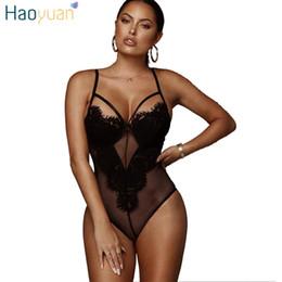 Tuta di un pezzo nero delle donne online-Haoyuan bianco maglia nera pizzo sheer tuta costumi sexy estate Boho scava fuori trasparente un pezzo pagliaccetti delle donne tuta C19040301
