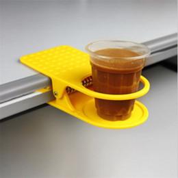 Interiores de cozinha on-line-Moda Copo De Café Bebida Titular Clipe Use Mesa de Escritório Em Casa Mesa Acessórios Do Interior Do Carro Esteiras De Cozinha Pads Cor Aleatória