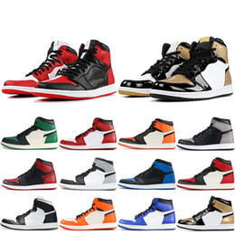 Baskets montantes dorées pour hommes en Ligne-Nike Air Jordan Retro 1 OG Hommes Chaussures De Basket-ball Haute Chicago Lièvre Pin Vert Barons Triple Noir Blanc Or Top Designer Sneakers 1s Chaussures De Sport