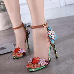 stilettos de flores Rebajas Marca de gama alta Mujeres serpentinas bombas dedos abiertos Estilete moda Flor Hebilla Correa Color mezclado Dedos en punta Fiesta de baile Zapatos