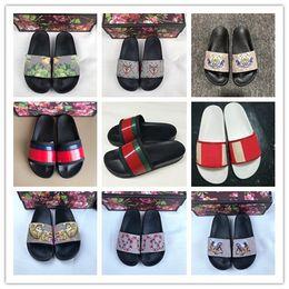 2019 Nuevo diseñador de lujo zapatillas para hombre mujer moda diapositivas de goma sandalias Blooms rojo para mujer zapatos playa raya chanclas zapatillas desde fabricantes