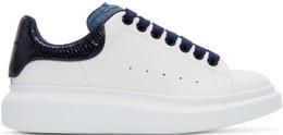 2019 señoras caminando zapatillas Azul negro para hombre Moda para mujer Zapatos de plataforma inteligentes planos Casual Dama Caminando Zapatillas casuales Luminoso Fluorescente Blanco Zapatos de cuero señoras caminando zapatillas baratos