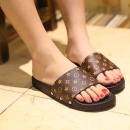 Zapatillas de flip flop al aire libre online-Nuevas zapatillas de mujer de verano de moda de diseño famoso interior zapatillas al aire libre mujer gruesa inferior antideslizante diapositivas chanclas de playa