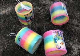primavera arcobaleno slinky Sconti Giocattoli per bambini Magic Plastic Slinky Rainbow Spring Colorful New Children Funny Classic Toy Colore casuale Rainbow Circle Coil Anelli di scorrimento elastici