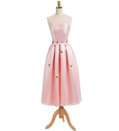 Romántico Baby Pink Vestidos de baile Una línea Satén Fiesta de noche formal Vestidos de baile Longitud de té Vestido de graduación para jóvenes con flores desde fabricantes