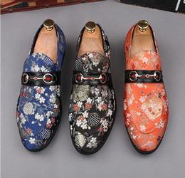Los hombres brillantes de la nueva tendencia visten los zapatos zapatos de la boda botón del metal de Horsebit Prom Quinceanera Ocio zapatos de gran tamaño: 37 - 44 Envío libre 718 desde fabricantes
