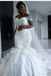 Velos blancos online-2019 sirena blanca de tul fuera del hombro chica negra satinada vestidos de novia de talla grande vestidos de novia de novia de Arabia Saudita con velo largo H001