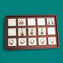 2019 bague en plastique en chine Plateau d'affichage de bijoux en cuir PU avec anneau en bois massif collier bracelet boucle d'oreille présentoir organisateur vitrine