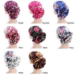 2019 cappellini in satin hijab Donne musulmane Big Flower Satinato Turbante Cappelli Chemo Beanie Hijab Plissè Wrap Cover Bonnet Cap Perdita di capelli per il cancro cappellini in satin hijab economici