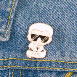 1b407d989bd46 Karl Pin Auto-retrato Dos Desenhos Animados Broches Mochila Jaquetas De  Couro Chapéu Acessórios de Moda broche de pino de desenho animado barato