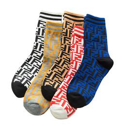 Осень и зима трубки женские носки буквы параллельные брусья прилив бренда спортивные носки моды личности хлопка прилив носки от Поставщики корабельный картон