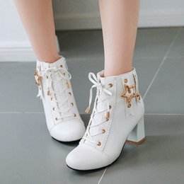 Niña estrella coreana online-PXELENA Botines de moda coreana para niñas 2019 Autumn Star Rivet Lace Up Chunky Block High Heels Party Wedding Shoes White Pink