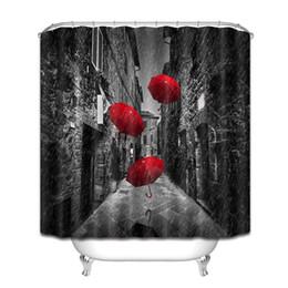 2019 rideaux blanc noir rouge Rideau de douche noir et blanc, parapluie rouge dans une rue étroite sombre en Toscane Rideau de douche à effet de pluie Italie 72x72 pouces tissu décoration de salle de bains promotion rideaux blanc noir rouge