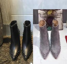 2019 sapatas verdes bonitas das mulheres Luxo preto Couro vermelho com Spikes Dedos Apontou Ankle Boots Das Mulheres Designer de Moda Senhoras Sexy Vermelho Fundo Sapatos de Salto Alto Bombas