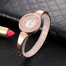 frauen silberne uhren Rabatt Damenuhren Neue Mode Heiße Quarz Uhren Damen Kleid Strass Lässige Uhr 36 MM Silber und Rose Gold Swarovski uhr Montre Reloj