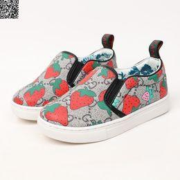 Повседневная обувь онлайн-Детская дизайнерская обувь осень новые девушки настольные туфли прекрасный красный клубничный узор, украшенный модной повседневной обуви