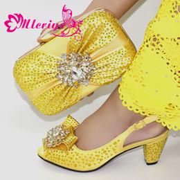 Zapatos amarillos de la boda online-Conjunto de zapatos y bolsos de boda de color amarillo Conjunto de zapatos y bolsos italianos para mujer decorado con zapatos y bolso de mujer africana de diamantes de imitación