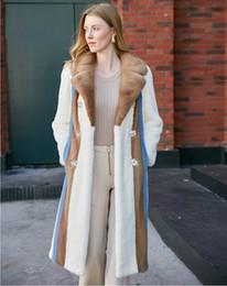 2020 blauer nerzmantel Arlenesain benutzerdefinierte 2019 neue Design weiße Farbe Patchwork einige Kamel und blaue Farbe gestreiften Frauenmantel mit Perle verzieren rabatt blauer nerzmantel