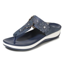 Pantofole piane del rhinestone online-Yu Kube Shoes Donna Summer Slippers Infradito Donna Pantofole Flower Flat Tongs Scivoli 2019 Strass Ladies Beach Sandal