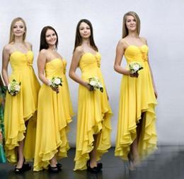 vestidos baratos amarillo país Rebajas High Low Beach Boho Vestidos de dama de honor Vestidos de dama de honor de gasa amarilla de Country Chiffon con flor 3D Más tamaño Vestido de damas de honor de espagueti