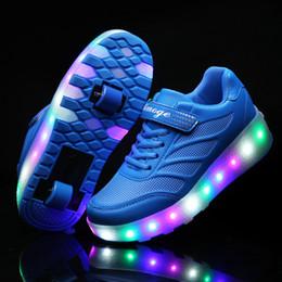 Колеса для обуви онлайн-Два Колеса Светящиеся Кроссовки Синий Розовый Led Light Roller Skate Shoes Для Детей Дети Led Shoes Мальчики Девочки Обувь Light Up Унисекс Y190525